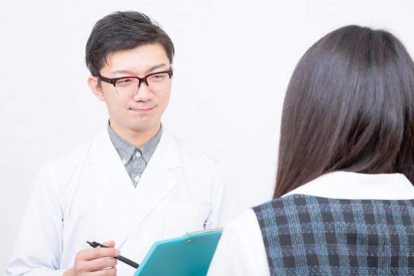 女性を診断する医師
