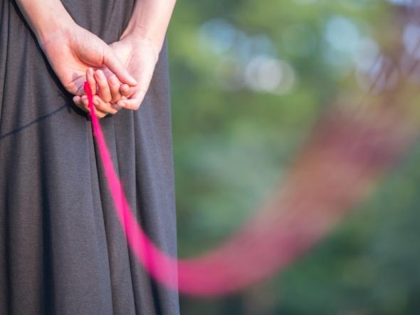 赤い糸で引き寄せる