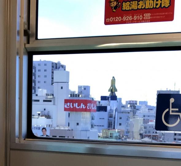 車窓からスペースシャトル
