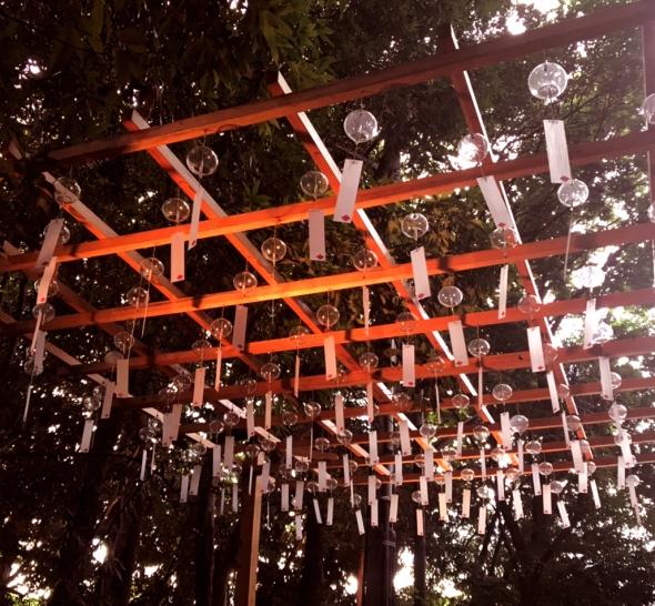 透明な風鈴がライトの光で色が変わる2